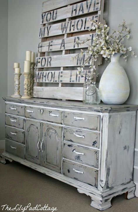 Rach, you have this pallet at your house. Wouldn't something like this be cute sitting on the top of the built-in, in your dining room?