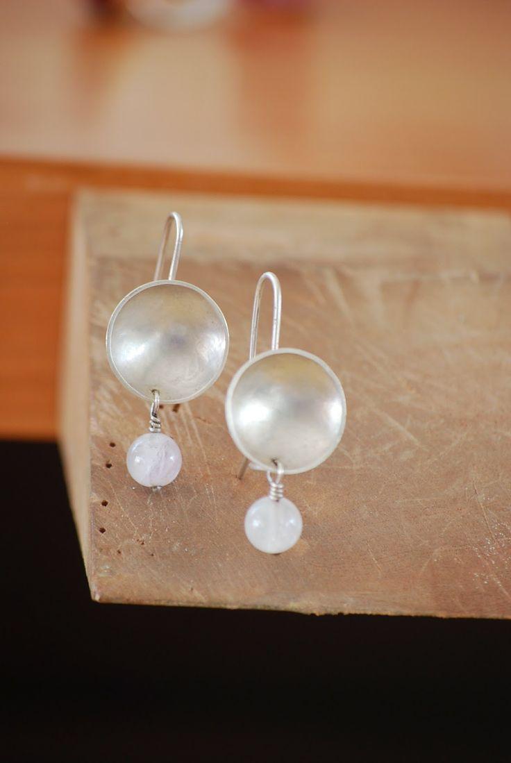 Aros colgantes de plata y agatha blanca.