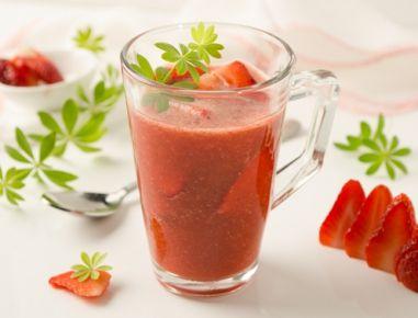 Waldmeister-Erdbeeren-Kaltschale - Rezept Eines unser Lieblingsrezepte mit frischen Erdbeeren, gesunden Wildkräutern und jeder Menge Vitaminen!
