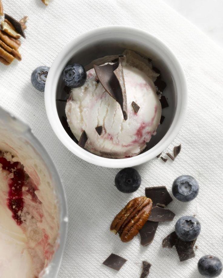 Frozen yoghurt is een gezonder alternatief op roomijs en je kan het gemakkelijk zelf maken, je hebt geen ijsmachine nodig. Serveer met jouw favoriete toppings.