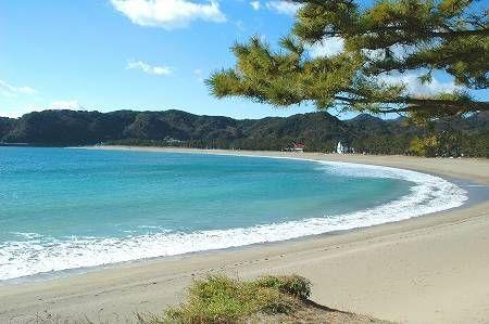 伊豆半島最南端の海水浴場。松林と砂浜のコントラストが美しい。「日本の渚・100選」の一つ。アカウミガメの産卵地で、子ガメの放流イベントも行われている。