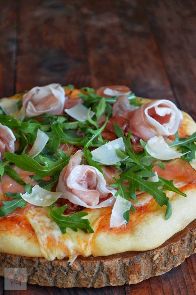 CAIETUL CU RETETE: Pizza cu prosciutto crudo, rucola si parmezan