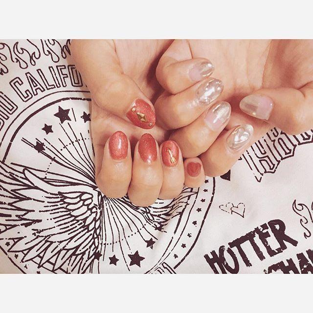 今月のmy nail❤︎ ミラーネイルのメタリック感と鮮やかなオレンジが夏感♡ ミラーは立体のハートとドットに根元クリアのバイカラー☺︎ #nail #nails #nailart #naildesign #instanails #newnail #selfnail #nailpic #ネイル #ジェルネイル #ネイルアート#ネイルデザイン #セルフネイル #ミラーネイル #サマーネイル #バイカラー #ちぐはぐネイル #アシンメトリーネイル