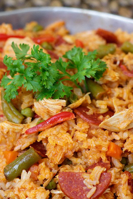 Receta de arroz con pollo y chorizo, preparada con vegetales frescos como habichuelas, arveja verde, zanahoria, pimentón, tomates, cebolla y hierbas de olor. Un rico plato que rinde y gusta a grandes y chicos.