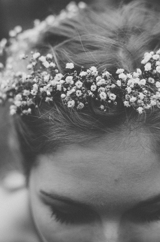 Winter Wedding Bride Hair Detail // White flowers // Winter Bruiloft haar bruid Detail