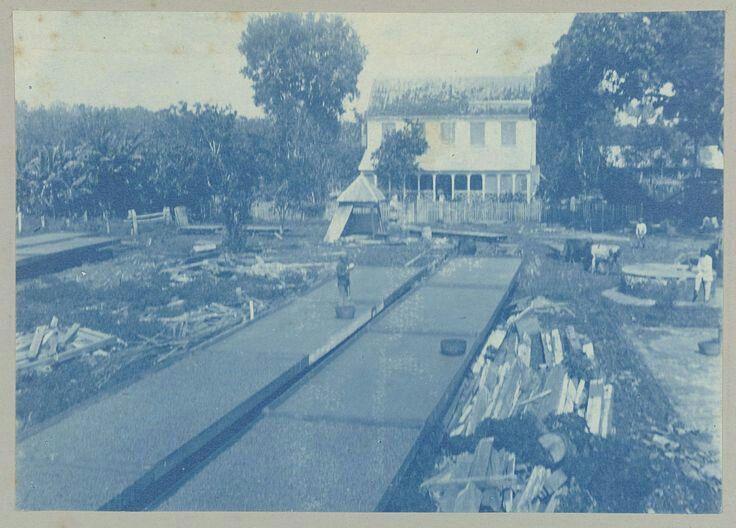 Ma retraite, attributed to Hendrik Dooyer, 1906 - 1913 | Gezicht op het plantagehuis van Ma retraite. Voor het huis droogbakken met cacao…