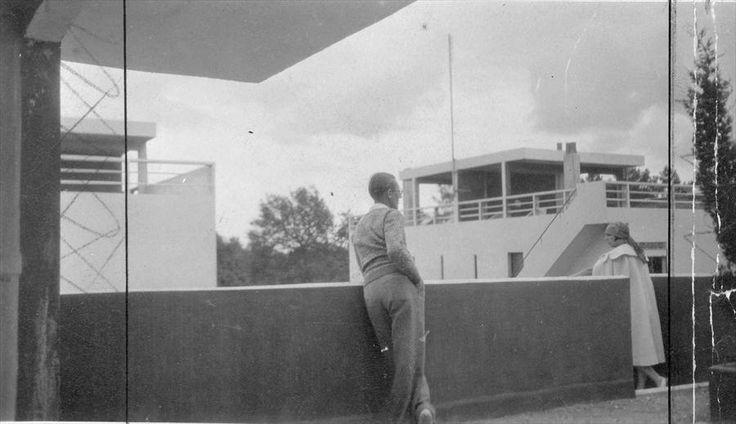Fondation Le Corbusier - BIOGRAPHIE - Quartiers modernes Frugès, Pessac. Le Corbusier et sa femme Yvonne sur l'une des terrasses