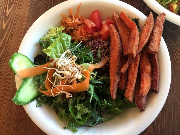 Die California Bowl beinhaltet lemon Quinoa, mit Sesam verfeinerten Blattspinat, rohen Apfel-Karotten-Salat, Guacamole, eine Teriyaki Hibiskus Soße undmixed greens mit superfood dressing. On top gibt es Süßkartoffel Pommes mit einer Tomaten Koriander Salsa.Die Bestandteile wirken simpel, doch genau das überzeugt uns hier. Denn die besondere Zubereitung und die Kombination sind hier der Clou. Es braucht eben keine super fancy Zutaten, um ein besonderes Gericht zu kreieren.