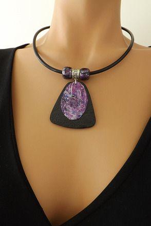Un cadeau idéal pour les fêtes !  Pendentif texturé et perles réalisés en pâte polymère, recouvert d'une feuille d'argent teintée à l'encre violet et bleu, montés sur u - 16527527