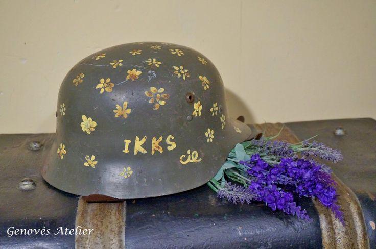 """Antiguo casco militar datado en los años sesenta, decorado con flores de la misma datación y con la inscripción IKKs y CIA. Este casco es un icono del movimiento hippie, un canto al denominado """"Flower power"""" y sobre todo al mas que conocido """" Haz el amor y no la guerra"""" Medidas28 largo 23 ancho …"""