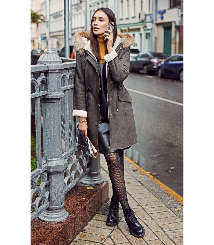 """Утеплённое комбинированное пальто с капюшоном и контрастными деталями. Отделка мехом енота в сочетании с """"роговыми"""" пуговицами и цветом хаки ассоциируют модель с модной паркой. Универсальный силуэт, комфортная длина и выверенный стиль позволяют создавать множество удачных комбинаций как для насыщенных будней, так и для активных выходных"""