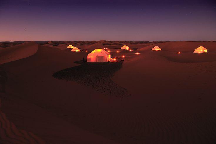 GLAMPING IN DE SAHARA VAN MAROKKO  Nadat je naar Marrakech ben gevlogen met het vliegtuig, dropt de helicopter je in het midden van de woestijn. Slapen doe je in de luxueuze tenten, voorzien van royale bedden, alle mogelijke accomodatie als douches en baden alsook heerlijke locale gerechten. Meer info via classetouriste.be
