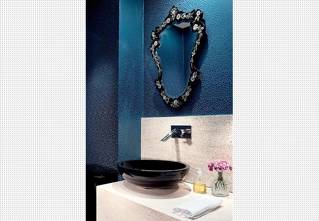 Em ambientes pequenos, é possível ousar com as cores. Se a ideia é um lavabo sofisticado, escolha tons escuros  Edu Castello / Casa e Jardim