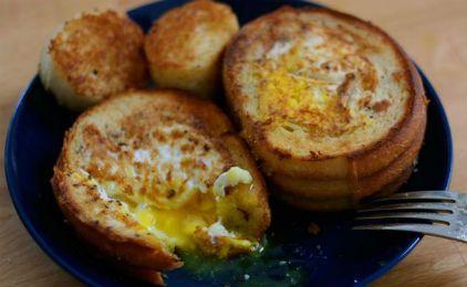 Αυγά φούρνου με ψωμί και μανιτάρια