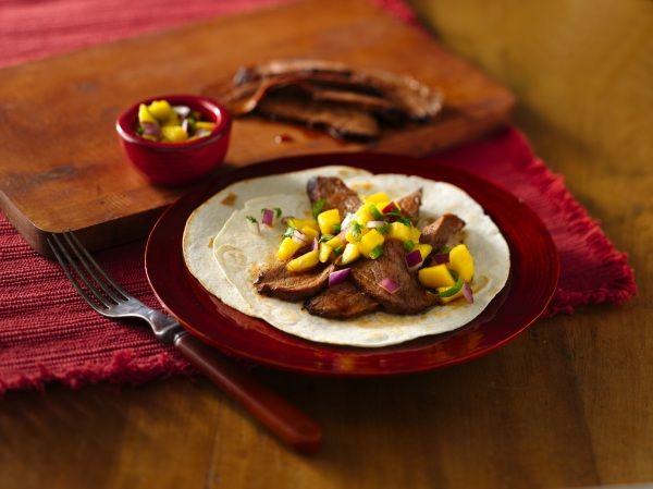 tacos de bavette de boeuf et salsa a la mangue