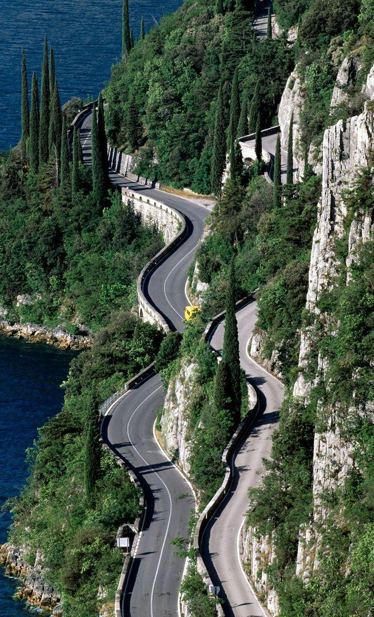 De kronkelwegen langs het Gardameer in Italië. Prachtig om te rijden tijdens een roadtrip!