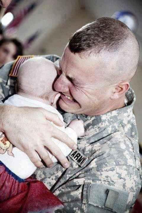 Um soldado conhece o seu filho pela primeira vez.