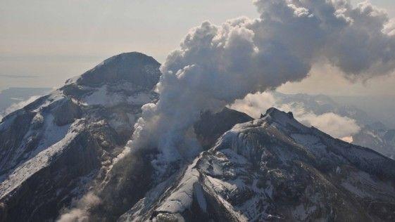 Graban los gritos de un volcán antes de la erupción. Según explica el diario abc.es La lava activa apareció en la cumbre del volcán Redoubt el 8 de mayo de 2009. Imagen cortesía de Chris Waythomas, Alaska Volcano Observatory.