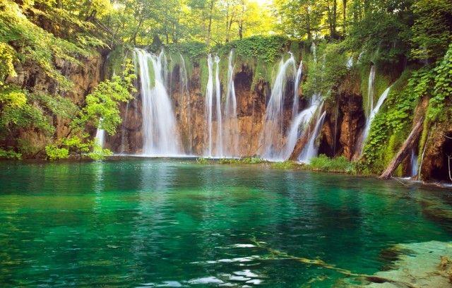 Einen 5-tägigen Kurztrip in den National Plitvicer Seen in Kroatien bekommt ihr hier für unglaubliche 169 € inkl. Appartements, Flügen und Mietwagen. Erlebe Natur pur!