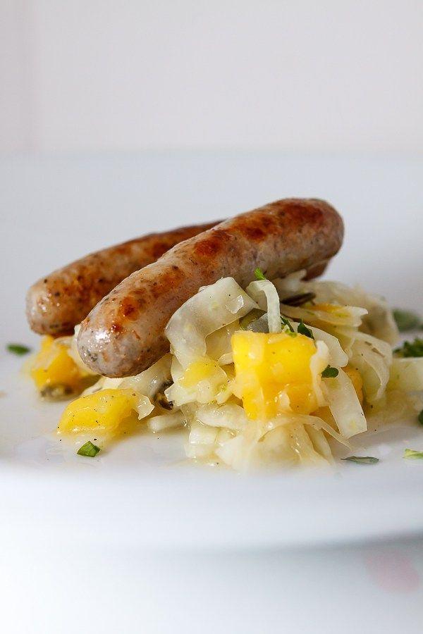 Wintergrillen vom Feinsten: Leckere Nürnberger Rostbratwürste auf einem fruchtig-sauren Sauerkraut-Mango-Fenchel-Salat.