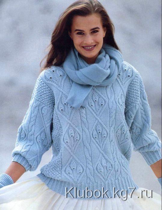 Голубой пуловер с узором из листьев