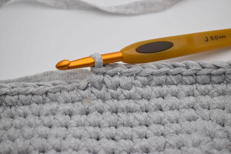 """Knit Stitch (KS) Knit stitch – også kaldet Waistcoat stitch, er et perfekt mønster til f.eks kurve. Knit stitch giver et flot strikket look. Knit stitch hækles som fastmasker, men i stedet for at hækle som normalt i maskerne, hækles der imellem maskens """"v"""". Billedet herunder viser maskernes """"v"""". OPS: Hvis du hækler for stramt kan det være svært at komme ned i """"vét"""". Vejledning: Her begynder vi med Knit stitch maskerne. Nålen her markere at der skal hækles ned i """"vét"""" på næste maske. Sådan…"""