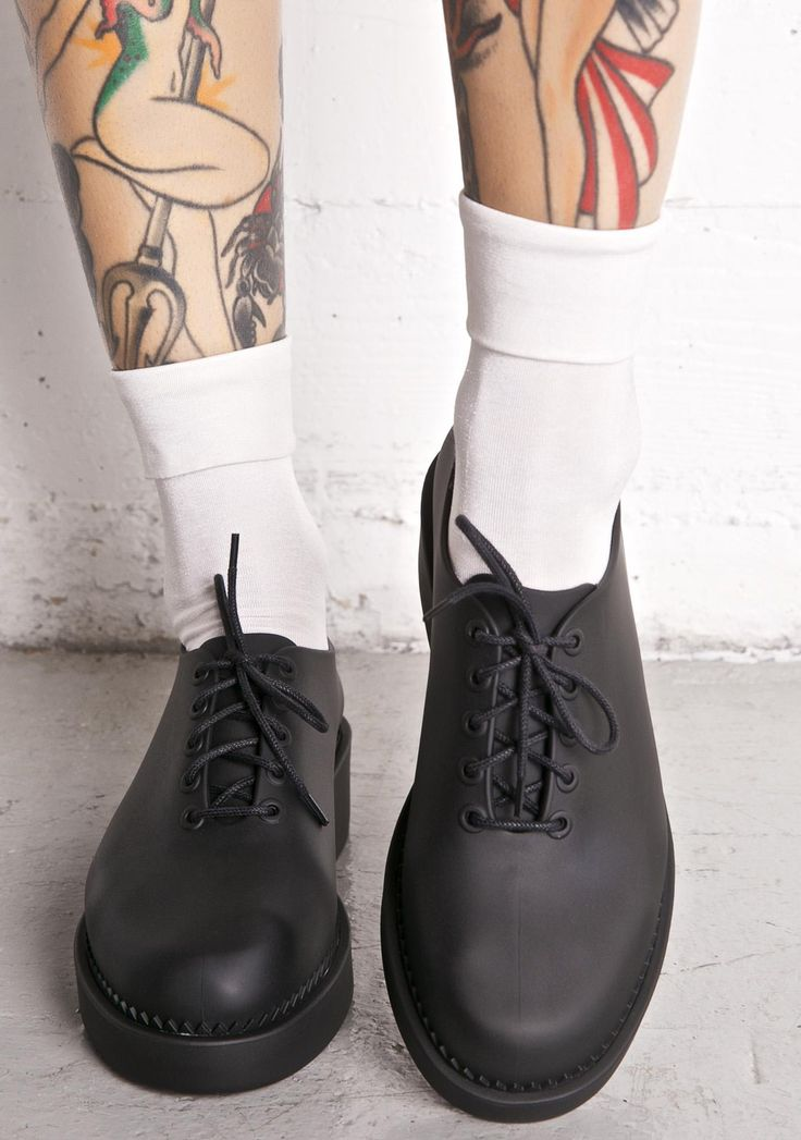 Melissa Grunge Oxfords are gunna make ya dream of tha 90s, babe. These sikk oxford-style flats feature a suuuper sleek 'N smooth black matte jelly construction, rounded toe, chunky lil platform, ultra comfy padded insoles, and lace-ups.