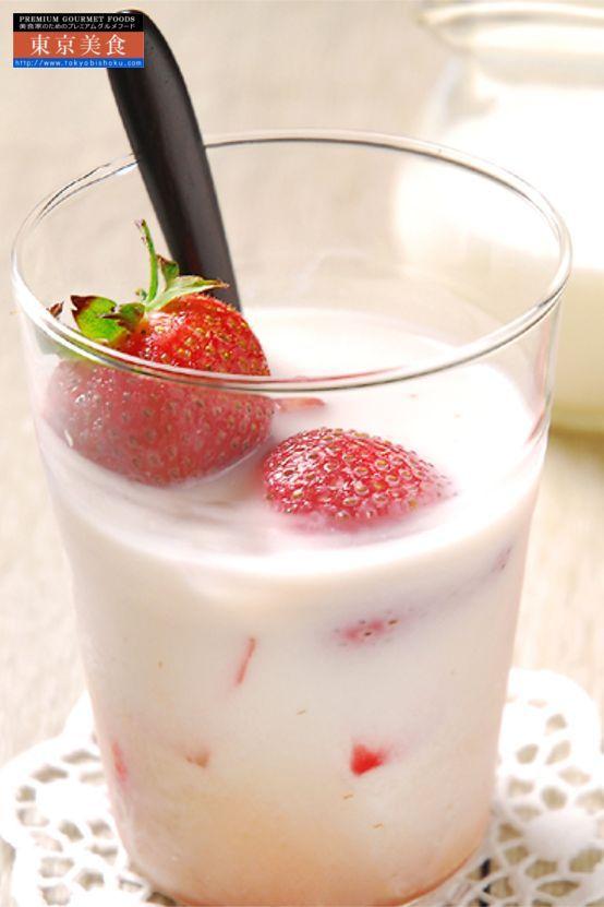 銀座のジンジャー 選べる1本ギフトボックス 苺  銀座のジンジャーは数種類のスパイスを煮込んだオリジナルレシピ。コンフィチュールの専門店がつくるフランスプロヴァンス地方と銀座テイストが融合した上質ジンジャーシロップです。  甘い香りが素敵、お子様にも飲みやすい仕上がりです。一押しは「苺ミルク」ミルクとの相性が抜群。また、紅茶にあわせてフルーツティ、炭酸割りですっきり苺ドリンクができあがります。ヨーグルトにかけても美味、万能選手ぶりがうれしいジンジャー。紅茶に入れてもよし、ヨーグルト、アイスクリームのフルーツソース代わりにもどうぞ。炭酸割で爽やかな苺ジンジャーに。