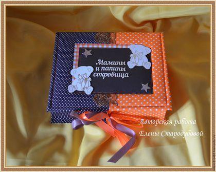 Купить или заказать Мамины Сокровища для мальчика в интернет-магазине на Ярмарке Мастеров. Яркая шкатулка, исполнена в двух цветах оранжевый и коричневый, украшена медвежатами и кружевом. Шкатулка в хлопковой обложке, завязывается на атласные ленты. Внутри 5 коробочек для хранения памятных вещей малыша (крестильный набор, бирочка из роддома, первый локон, любимая соска, счастливый тест). Под крышкой место для 2 фотографий, и карман с тегом для данных малыша.