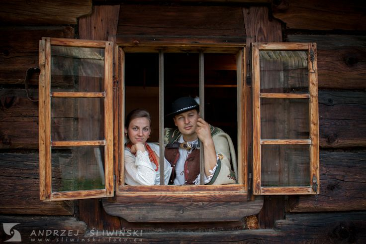 Wedding session in an old wooden cottage. / Sesja plenerowa w góralskiej chałupie.