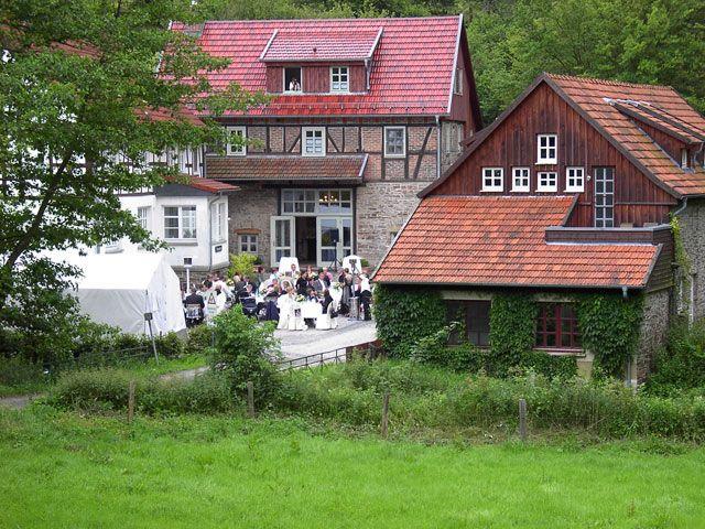 Der schöne Hof der Bärenmühle bei einer Hochzeitsfeier.