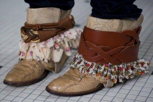 Certaines doivent déjà connaître ces bottes que l'ont retroussent. On prend des bottes dans le style santiags ou camarguaises un peu usées c'est mieux et on les customise... Ceintures, foulards, fourrures, tissus en tous genres, bouts de cuirs, vieux...