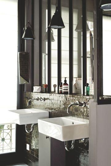 Une élégante salle de bains remplie de contrastes - Un appart' parisien rénové pour plus de lumière - CôtéMaison.fr