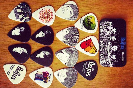 Pra quem é do rock, nada mais justo que uma coleção de palhetas. Essa aqui é só com capas de discos dos Beatles!