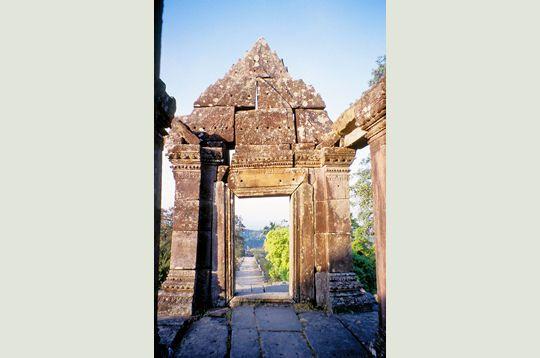 L'ancien temple hindou de Preah Vihear, situé à la frontière du #CAMBODGE et de la #THAILANDE, à 400 km au nord de la capitale cambodgienne, Phnom Penh, fait l'objet depuis plus de 46 ans d'un conflit entre les 2 pays qui veulent tous les 2x l'intégrer dans leurs frontières. L'édifice est contemporain des célèbres temples et palais d'Angkor.
