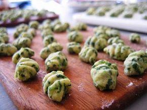 www.drcormillot.com/   Ingredientes   1 taza de acelga o espinaca o de hojas de remolacha hervida y picada  4 papas hervidas  300 g de hari...