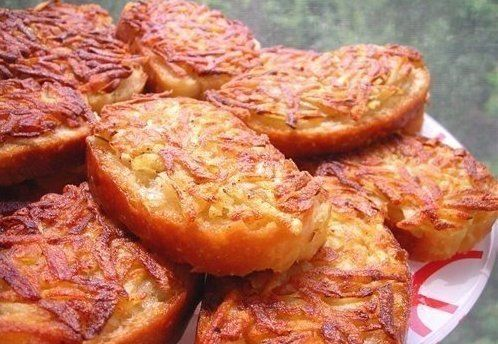 7 рецептов горячих бутербродов  1. Горячие бутерброды с картошкой  Ингредиенты:  3-4 картофелины соль перец хлеб масло для жарки  Приготовление:  1. Натереть сырой картофель на тёрке и посолить-поперчить по вкусу, нарезать хлеб или батон не толсто, сверху тоже не толстым слоем разложить ровненько картофель. 2. Стороной, на которой картофель, аккуратно выложить на сковороду с разогретым подсолнечным маслом, обжарить до золотистого цвета. 3. Переворачивать и обжаривать хлеб не надо. Получаются…
