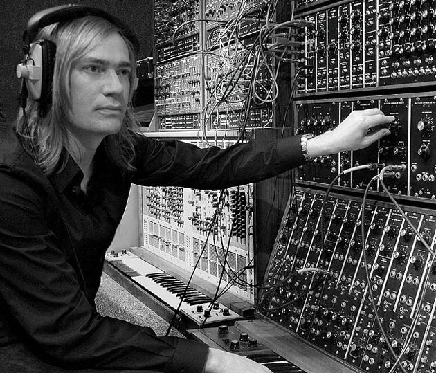 Thanks to FutureMusicMagazine we can show a cool video on modular synths again. This time Benge shows how to create a sequence on a modular synthesizer.