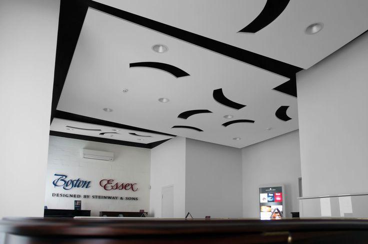 подвесной потолок в зале роялей и пианино. Piano.
