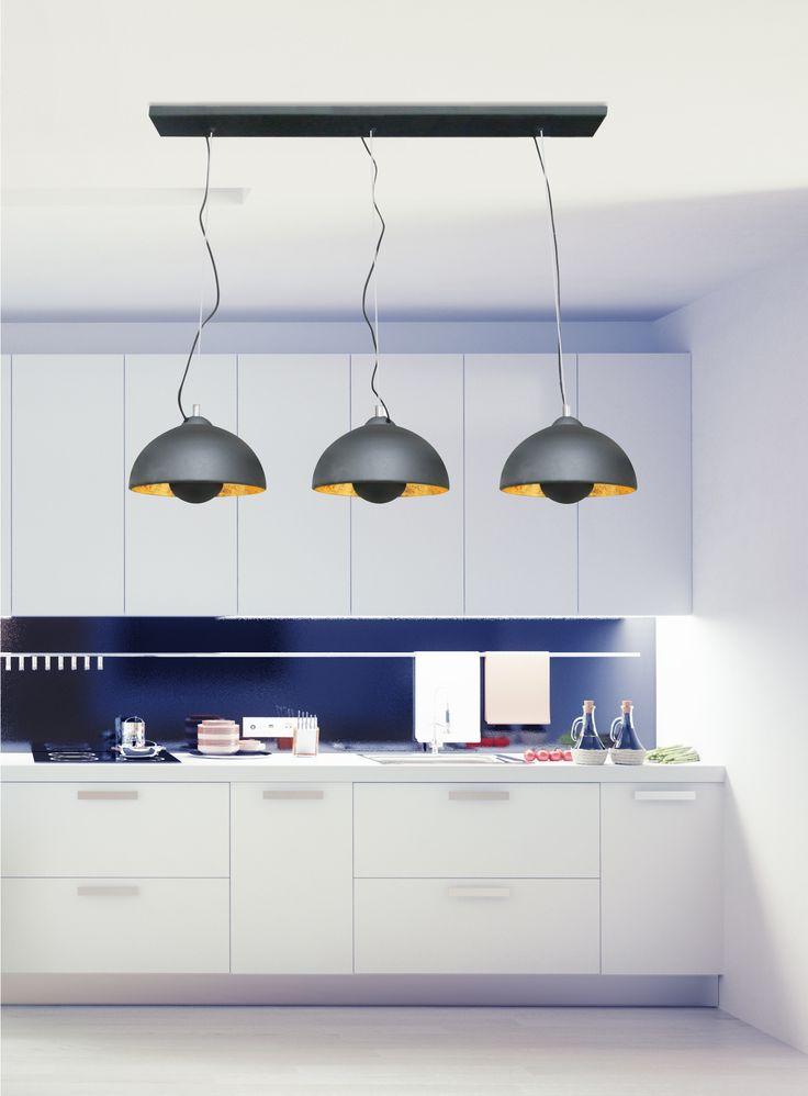 Potrójna lampa wisząca Zuma Line Antenne to nowość w dobrze znanej i cenionej przez klientów rodzinie lamp Antenne. Odpowiadając na zapotrzebowanie stworzyliśmy lampę, która doskonale prezentuje się i daje jeszcze więcej światła wszędzie tam, gdzie potrzeba lampy użytecznej i pięknej.