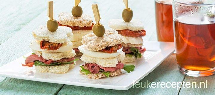 Deze torentjes van brood, rosbief en mozzarella zijn het ideale hapje voor op een feestje of bij de high tea
