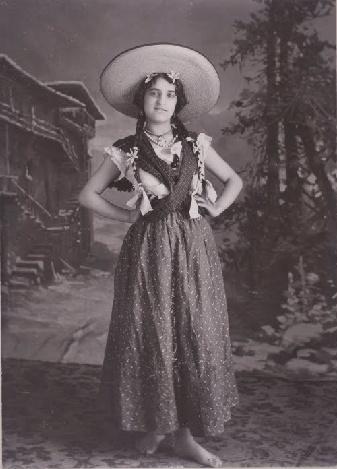 Madre de Frida Kahlo Mexico Matilde Calderon c 1900.  I see the daughter in the mama.