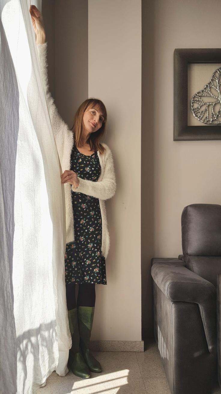 Jolanthe controlando con una cortina la luz natural que entra en la escena durante una sesión de fotografía de interior en un hotel de Barcelona para Agoda.