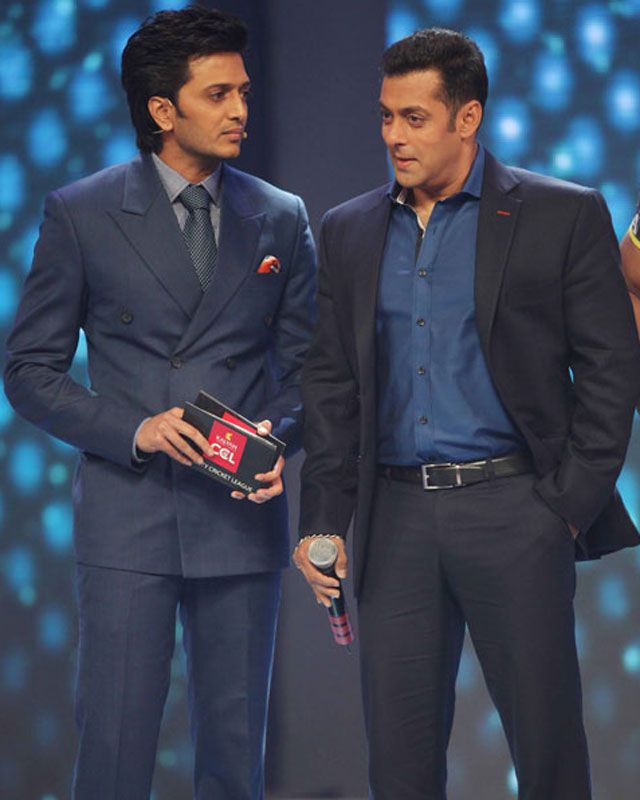 Friends turn foes: Riteish and Salman battle it out! Not in his wildest dreams, must Salman Khan have imagined that his buddy  Ritesh Deshmukh's Marathi film, Lai Bhaari would cause a problem for his Eid blockbuster Kick! To watch video click on www.biscoot.com/showtym  #salmankhan #salman # riteishdeshmukh #laibhaari #kick #bollywood #bollywoodgossip #biscootshowtym #showtym