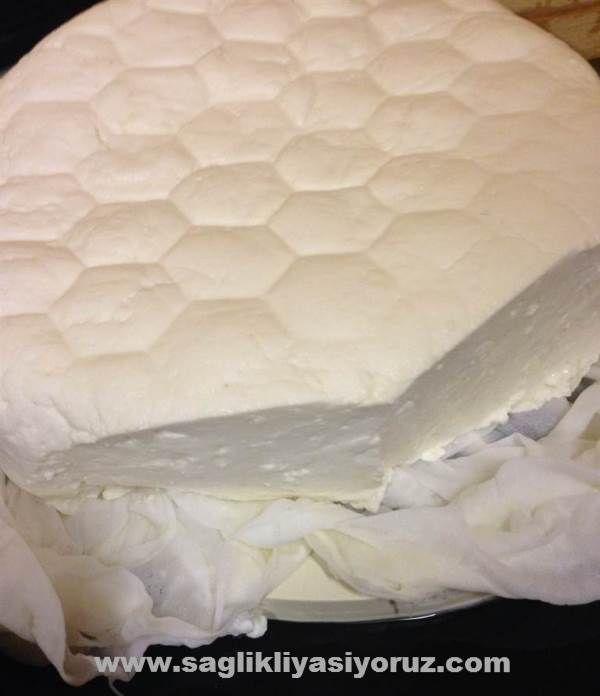 Peynirlerinizi evde çok kolay yapabilirsiniz. Içinde ne oldugunu bilmediginiz peynirleri almak yerine evde kendi yaptiginiz mis gibi peyniri yemek istemez misiniz?