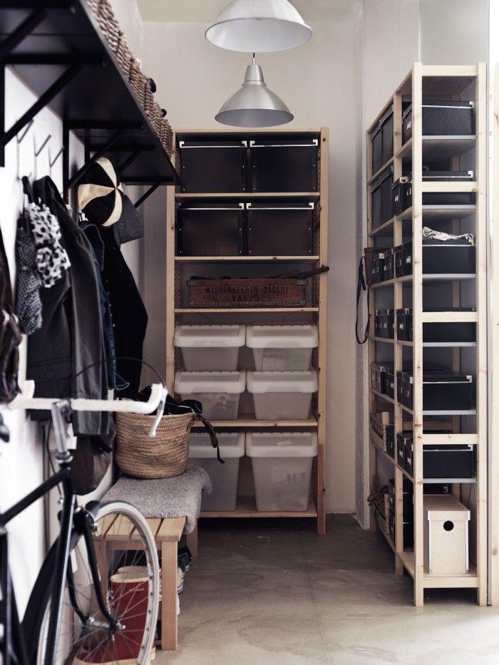 Een opgeruimde hal. Door handige opbergrekken met manden, dozen en kratten te plaatsen, blijft de hal er netjes uitzien. Op het bankje kun je zitten om je schoenen aan- of uit te trekken. Ikea