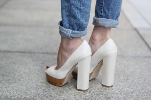 Nice shoes. Perfect with rolled-up jeans.: White Shoes, Thick Heels, Street Style, Summer Shoes, Blocks Heels, White Heels, Boyfriends Jeans, White Jeans, Chunky Heels