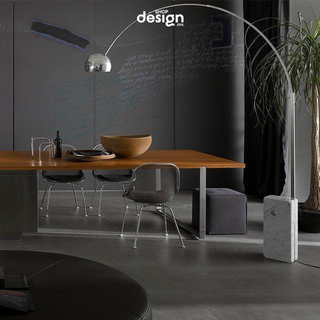 Lámpara de Pie Arco LED diseñada por #AchilleCastiglioni y #PierGiacomoCastiglioni. Icono de los años 60's. Elegante, funcional y siempre a la vanguardia Arco crea ambientes sorprendentes, está versión está provista de un sistema de ajuste de intensidad de luz. #ShopDesignMX #RebajasEnero #Lampara