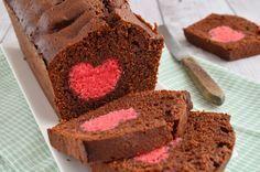 Verras jouw Valentijn met een harten chocoladecake. Deze kiekeboe taart lijkt een chocoladecake, maar heeft een roze hart aan de binnenkant. Surprise!
