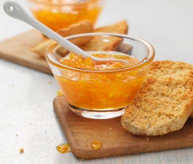 Marmelad är lika gott på frukostbordet som till ostbrickan. Denna apelsinmarmelad smaksätter du med lime eller citron. Rengör frukterna, strimla skalet, skär fruktköttet i små bitar, koka upp. Låt den färdiga marmeladen stelna ett par dagar. Klart!
